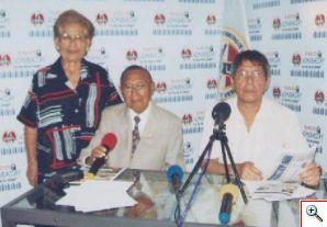 En radio Uchuraccay durante una transmisión, aparecen Julia, Rodolfo y Christian
